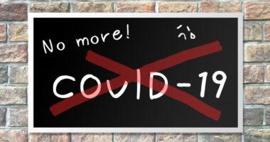 COVID-19のサインに赤いバッテンマーク
